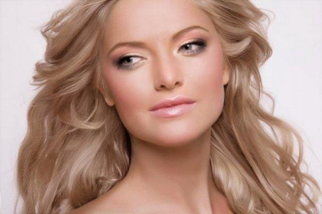 Завершающий штрих, который делает макияж для серо-голубых глаз блондинок, - тщательно прокрасить тушью каждую...