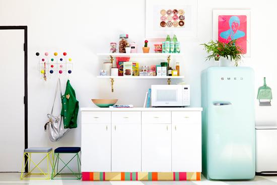 cocina original con detalles en color y diy de un estudio de trabajo