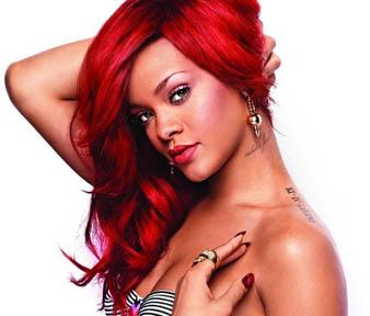 Rihanna kızıl uzun ve doğal dalgalı saçlarını yana atarak feminen bir görünüm elde etmiştir.