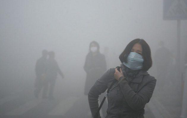 Σε «πορτοκαλί συναγερμό» το Πεκίνο – Πνίγεται από το νέφος (βίντεο)