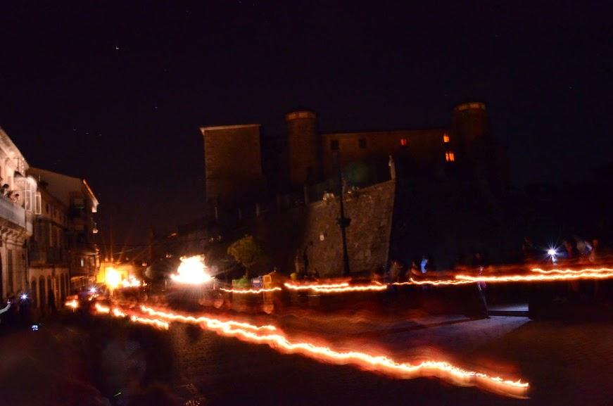 Palacio ducal al fondo y en primer plano resplandor de las luces de lso hermanso procesionando