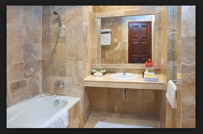 kamar hotel untuk mandi dilengkapi cermin dan bathtub