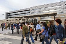 Trabajadores entrando al la sede del Gobierno vasco. EL MUNDO