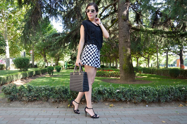 flecos-blanco-negro-shorts-damero-look-verano-trends-gallery