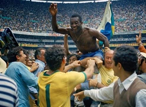 Pelé sendo carregado comemorando tricampeonato mundial do Brasil.
