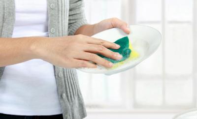 Kegiatan ibu rumah tangga sehari hari - Atasi noda lemak pada perabotan dapur