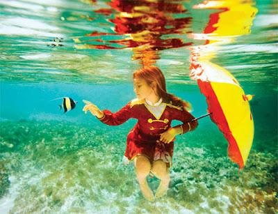 niña bajo el agua jugando