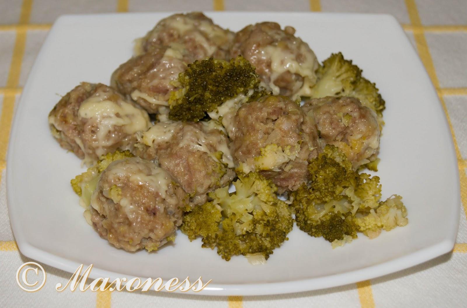 Фрикадельки на пару с брокколи и сыром