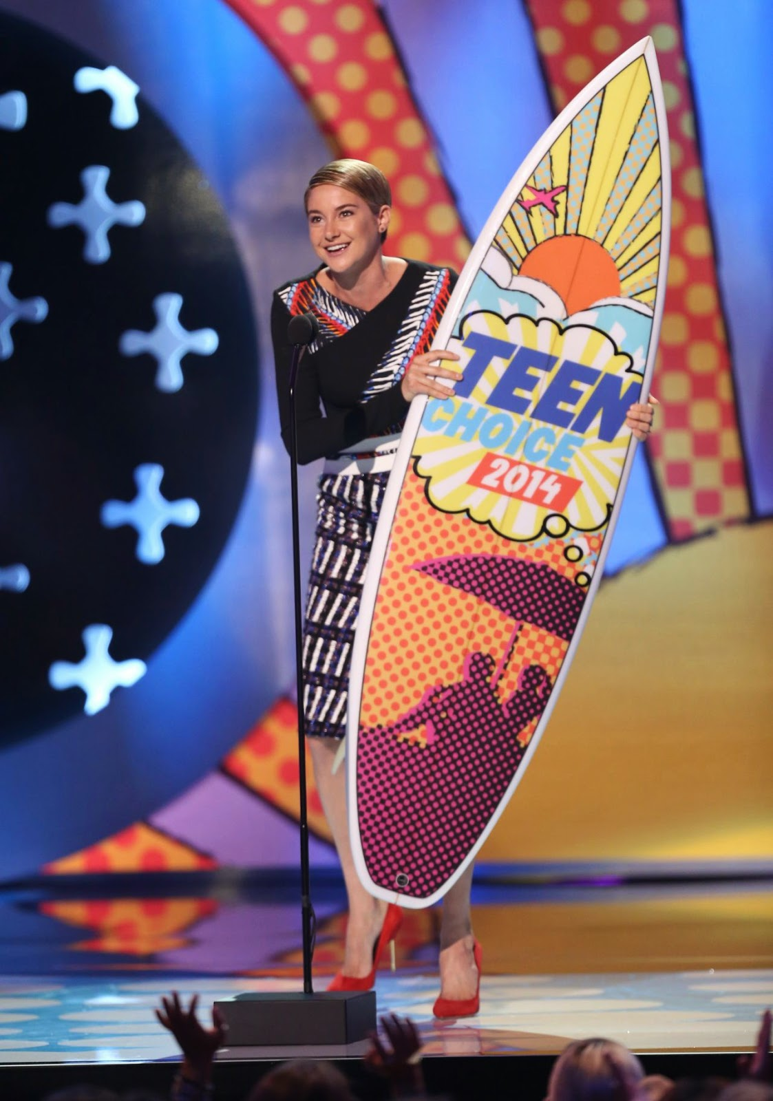 Shailene Woodley arrives in a Peter Pilotto look at the 2014 Teen Choice Awards