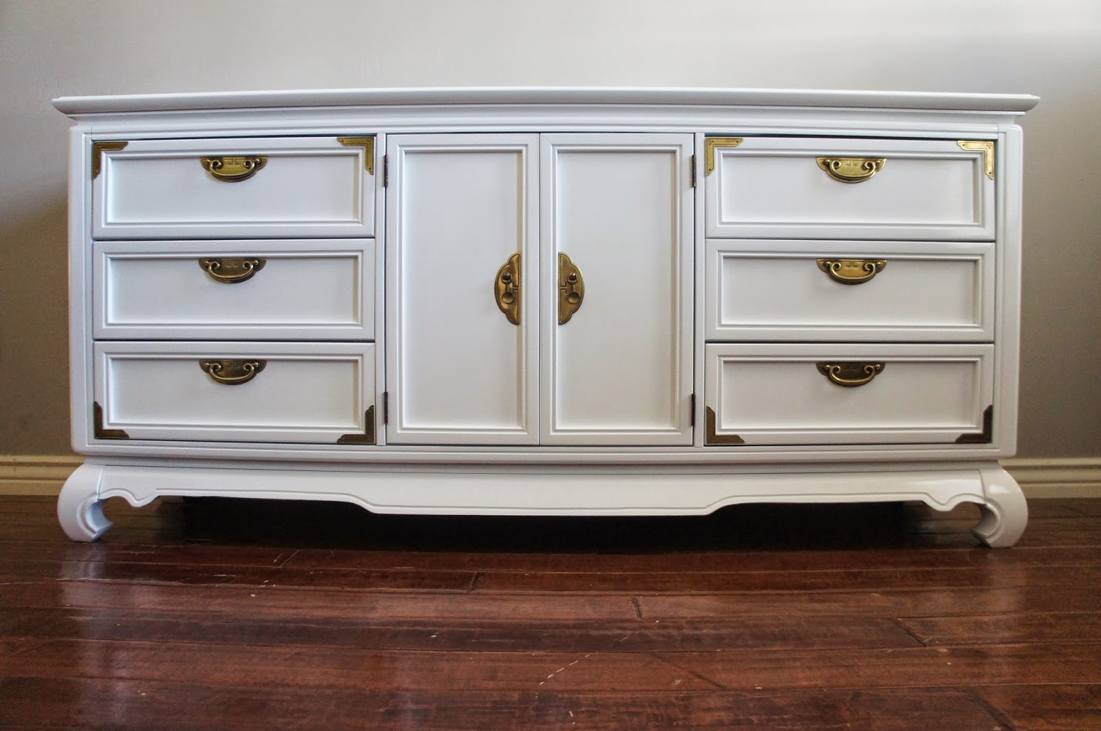 Superieur VIntage Modern, High Gloss White Lacquered + Brass Dresser