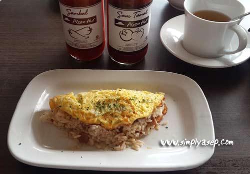 Inilah menu Rice Omelete Platter pesanan saya akhirnya tiba menemani 1 porsi bubur ayam dan 1 gelas kecil Teh Hijau, yang sudah tiba lebih dahulu.   Difoto dahulu sebelum disantap. Hiehiehiehiee. Foto Asep Haryono