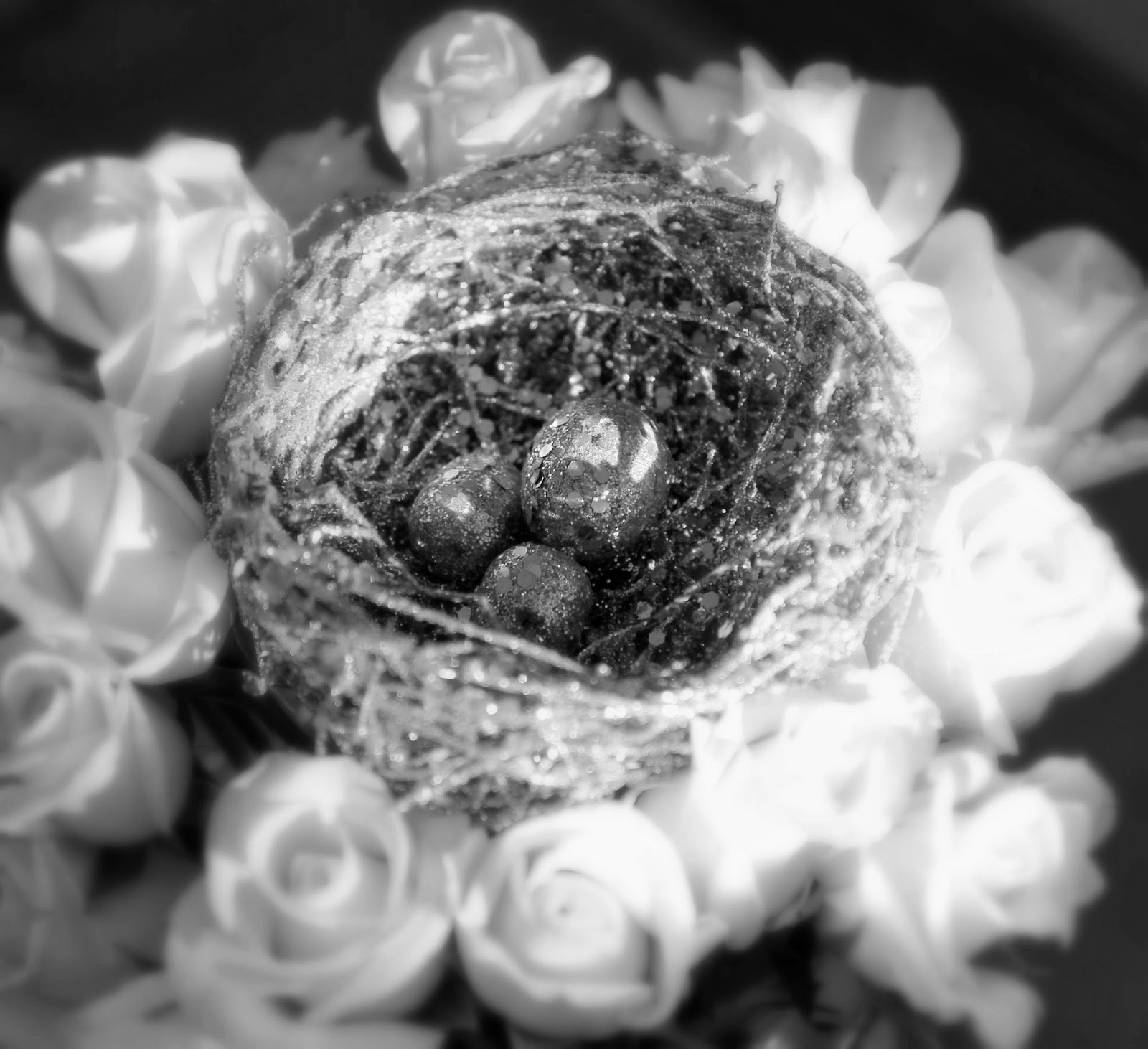 Silver-Glittered-Nest-and-White-Roses