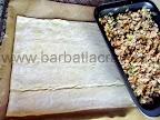 Placinta cu carne in foitaj preparare reteta - punem umplutura peste jumatate din foi