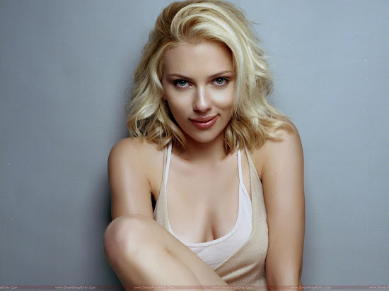 Scarlett_Johansson_calling_you_in_hot_mood