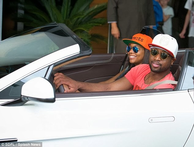 05 SNAPPIN: DWAYNE WADE & GABRIELLE UNION SPOTTED GRUBBING & IN LOVE HAVING LUNCH ON MIAMI BEACH
