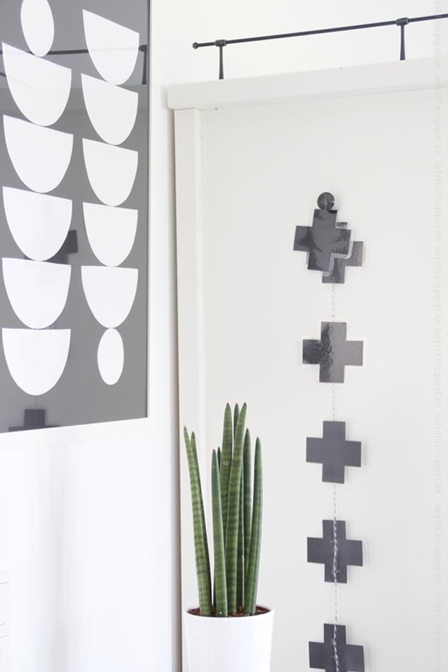 weiße Büromöbel mit Pflanze auf Leiter