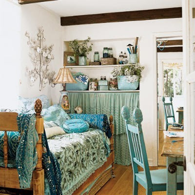 Ideas for bedrooms blue shabby chic bedroom for Bohemian style daybed