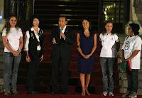 Presidente peruano, acompanhado da esposa e representantes de entidades, discursa no Dia do Autismo.