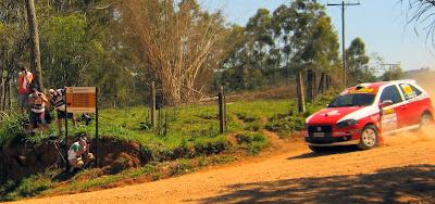 Na categoria 4x2 Super, o Fiat Palio de Luis Tedesco e Rafael Furtado vence tanto a etapa de Atibaia como o título nacional do ano. Os fotógrafos se preparam para captar a aproximação do bólido.