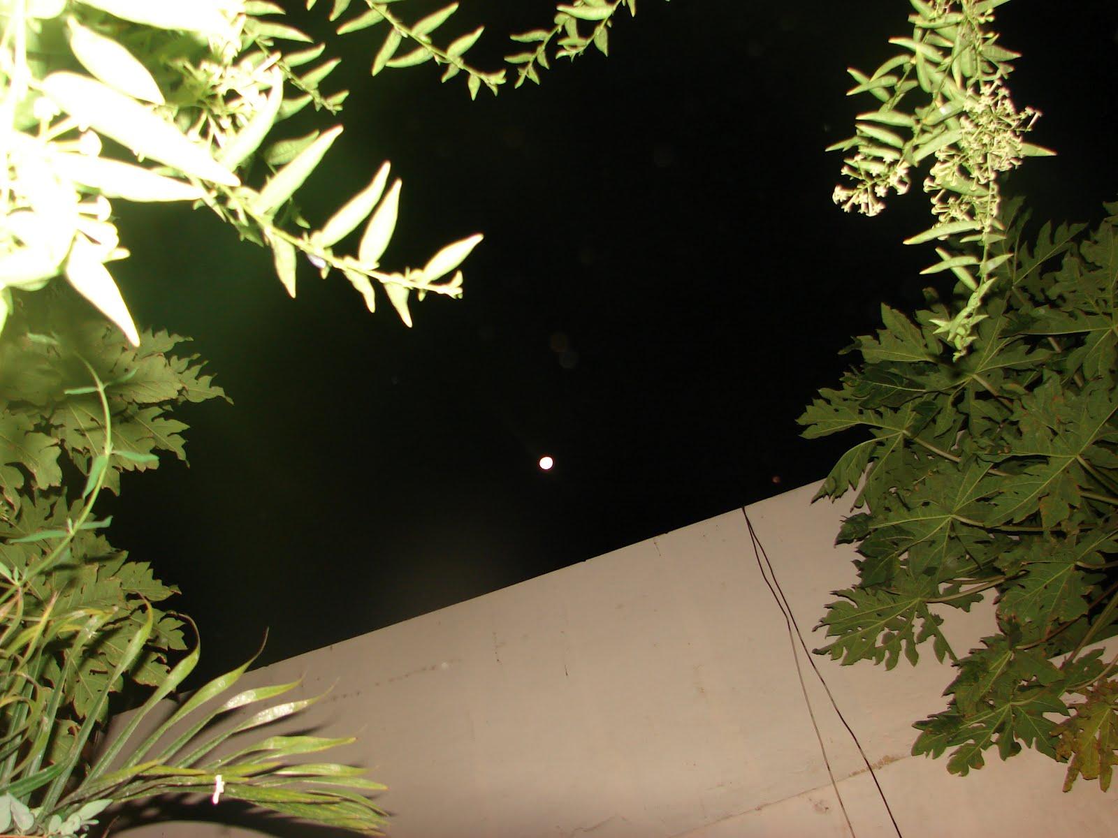 Atencion-4-5-6-7-8-9-Mayo-2012...LUNA llena por OESTE alineada con ovni y planeta rojo sobre pared