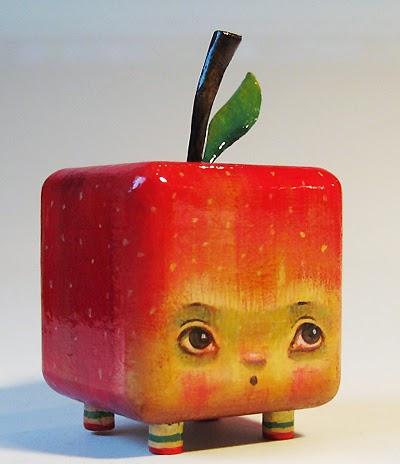 manzana de juguete hecha de madera pintada a mano