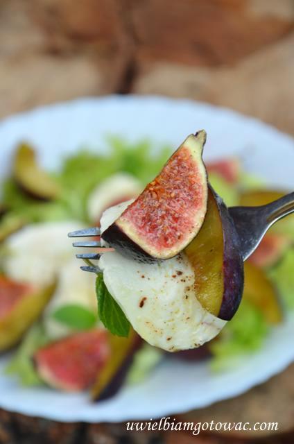 Sałatka z figami, śliwkami i mozarellą