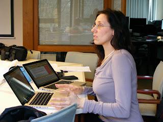 Dolmetscherin beim Redigieren vor zwei Rechnern
