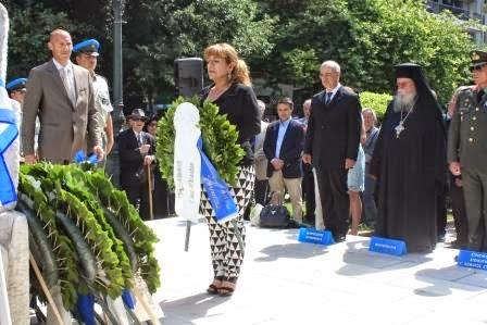 Η πρόεδρος της Πανελλήνιας Ομοσπονδίας Ποντιακών Σωματείων Χριστίνα Σαχινίδου καταθέτει στεφάνι