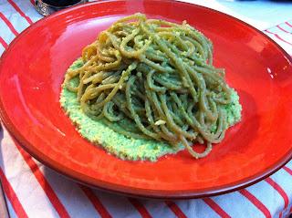spaghetti di alga kombu con pesto di zucchine mandorle e zenzero