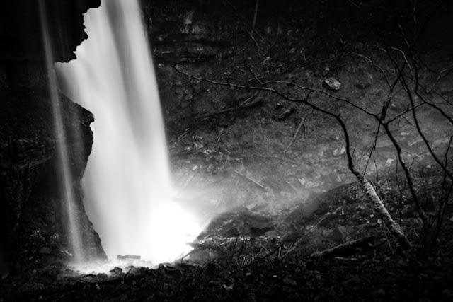 صورة بالأبيض والاسود لشلال بعد التعديل عليها