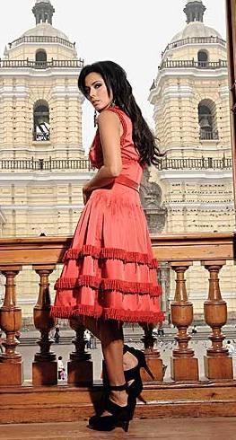 Mónica Chacón con vista a la iglesia San Francisco (Lima-Perú)