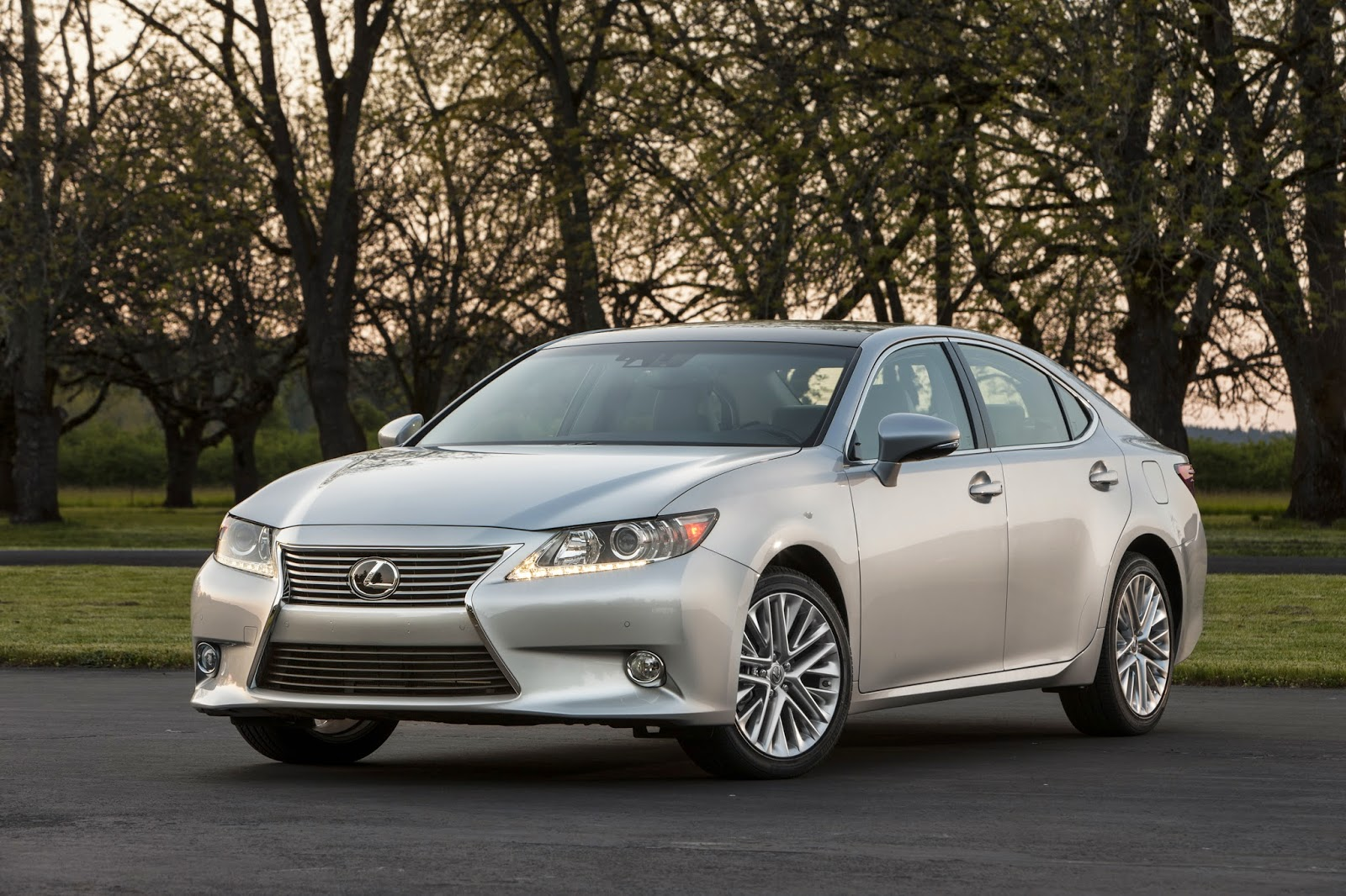 Front 3/4 view of 2014 Lexus ES 350