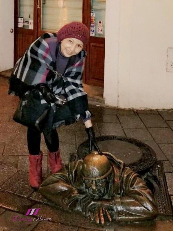 slovakia bratislava old town sculptures cumil watcher