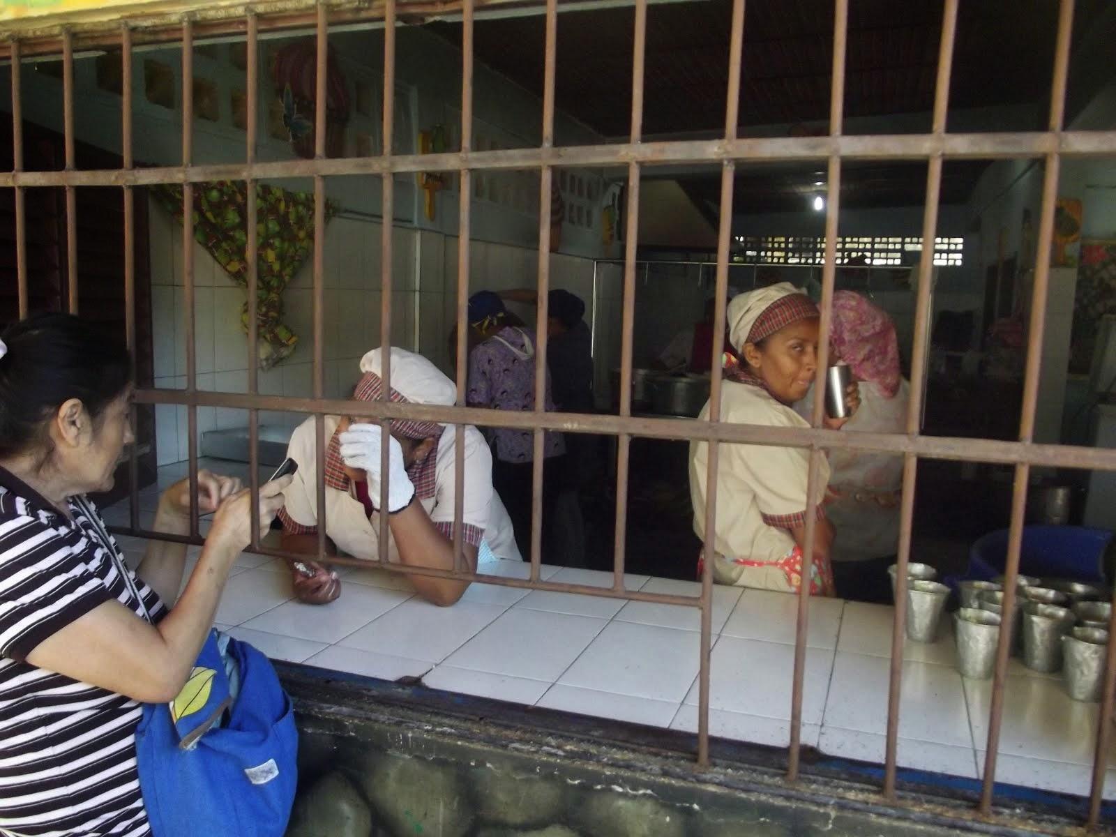 MADRES MANIPULADORAS PREPARAN LOS ALIMENTOS PARA LOS 660 NIÑOS DE LA ESCUELA
