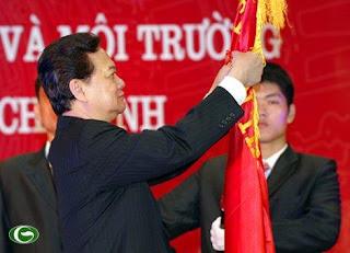 Thủ tướng Nguyễn Tấn Dũng gắn Huân chương Hồ Chí Minh lên lá cờ truyền thống của ngành Tài nguyên và Môi trường