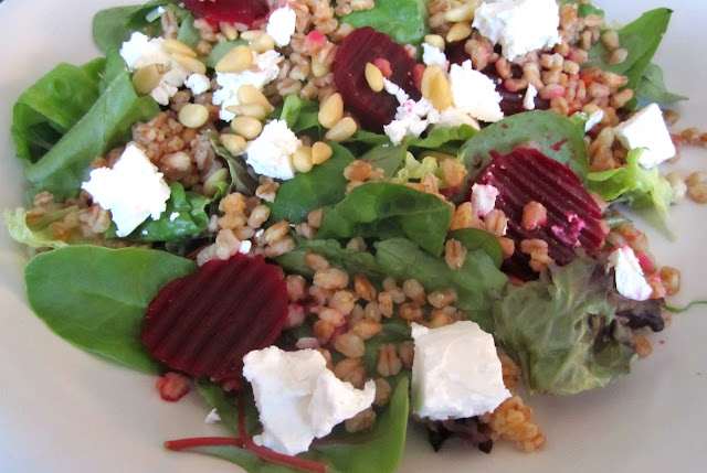 healthy salad chèvre beetroot spinage