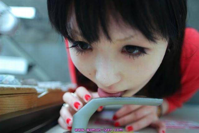 Tren Gadis Jomblo Jepang, Jilatin Gagang Pintu