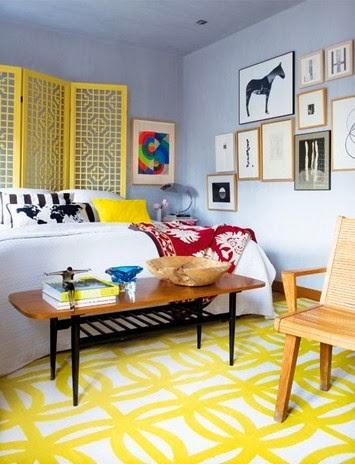 Artystyczne wnętzre i żółty dywan The Rug Company, stolik Jeana Prouve'a