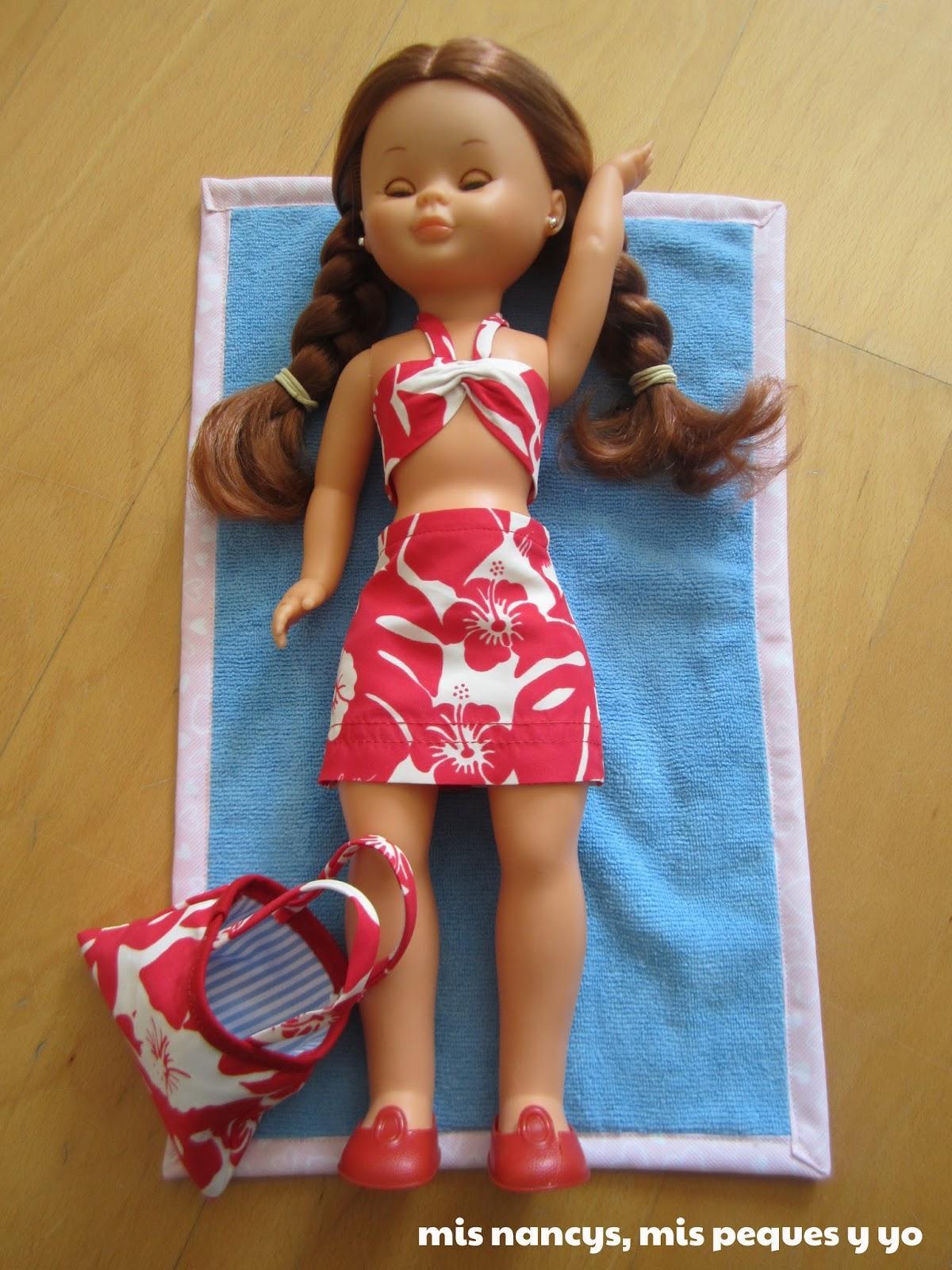 mis nancys, mis peques y yo, conjunto playero nancy tumbada en la toalla