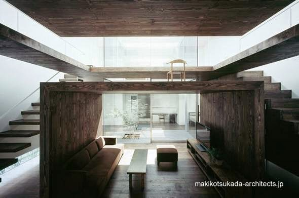 Espacio interior con particiones originales vista de sala y planta superior desde abajo