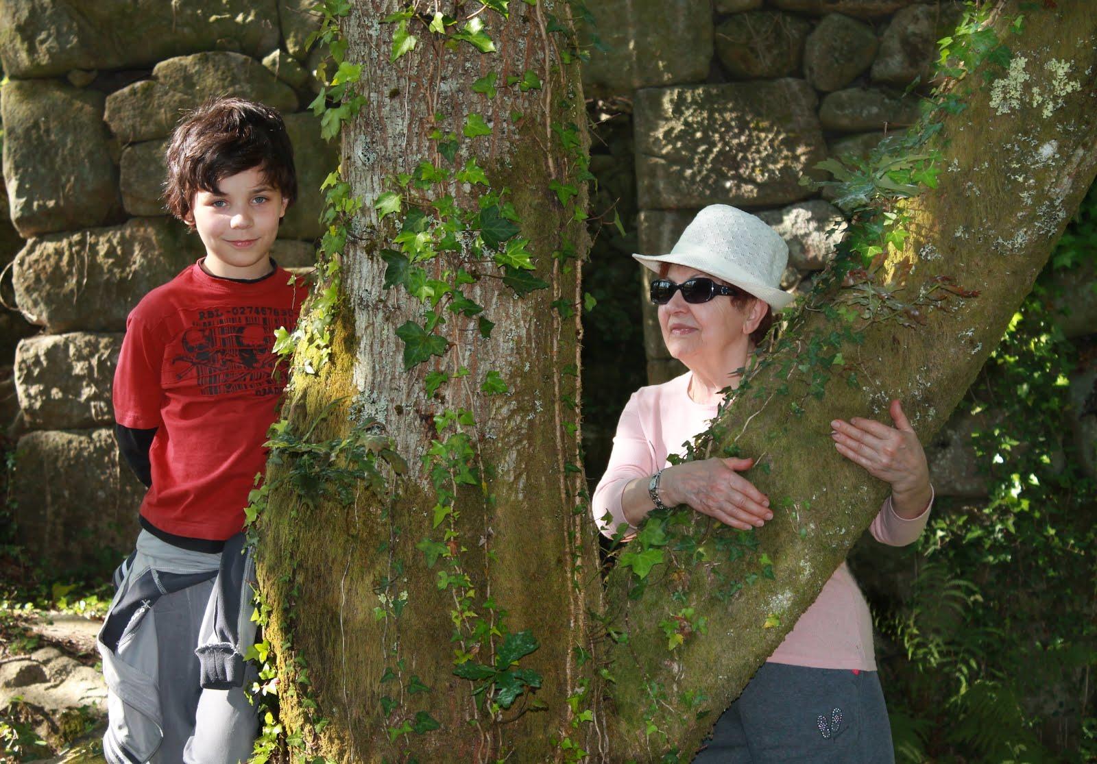 Mi nieto Alex y yo, respirando y abrazando la naturaleza.