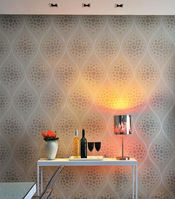 aparador, papel de parede, abajur, luminária, vinho, taças, flores, decorar, decoração, ambientes pequenos