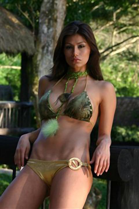 Renata Gonzalez Fotos En Bikini De Tanga Dorada Con Top Verde Sey