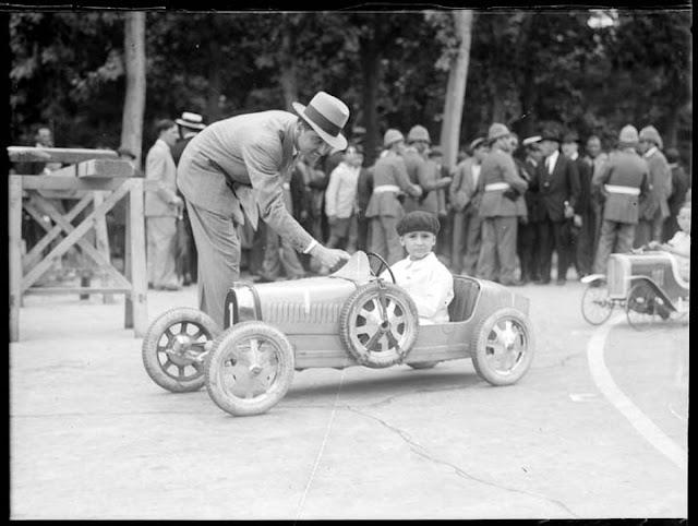 Participante de la carrera de coches infantil en el Retiro (¿Joaquín Palacios?)