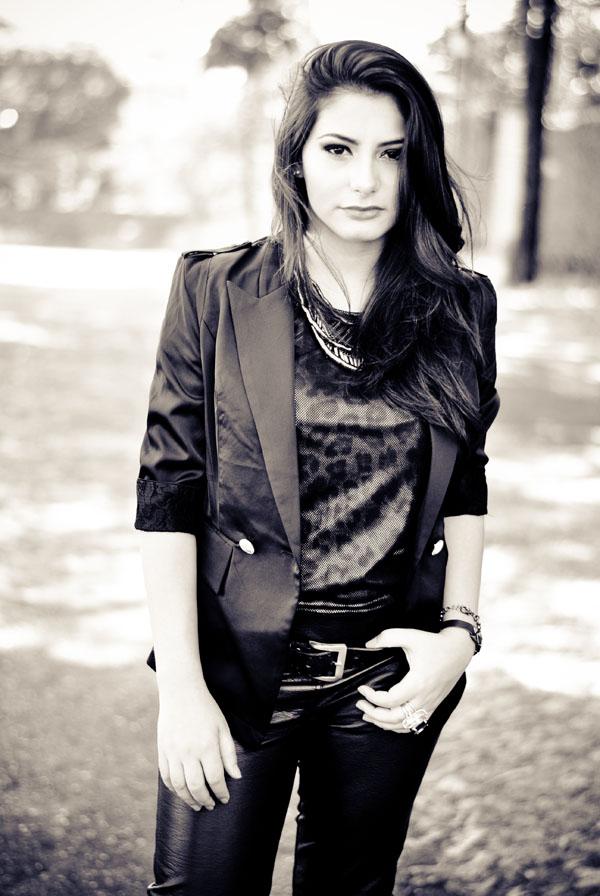 look rock - calça de couro - blazer preto - mulher morena - cabelo preto liso