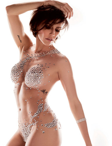 Deborah Secco posou coberta apenas de cristais