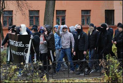 В блоке собралось более 60 человек. Автономные националисты держались отдельно, заряжая свои собственные лозунги.