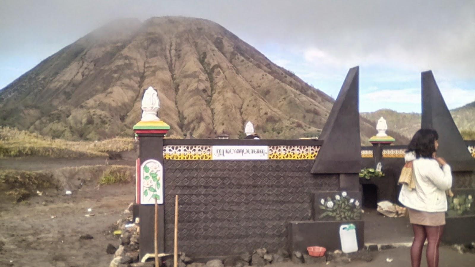 Lokasi Watu Dukun dengan latar belakang Gunung Batok