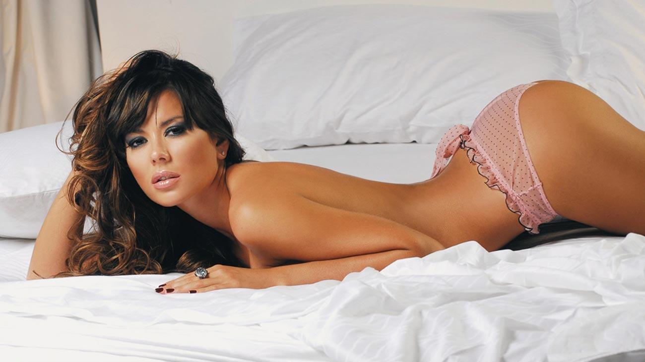 image Linda mujer asiática se ensucia con guy en la cama