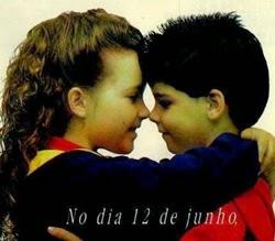 Propaganda polêmica envolvendo duas crianças simulando beijos.